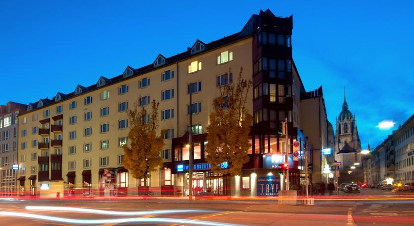 TRYP München City Center ligger 5 minutters gang fra Münchens hovedbanegård og stedet, hvor Oktoberfesten afholdes. Fodboldrejser til Tyskland